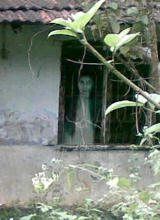 Heboh Penampakan Sosok Hantu di Sebuah Rumah Tua Saat S