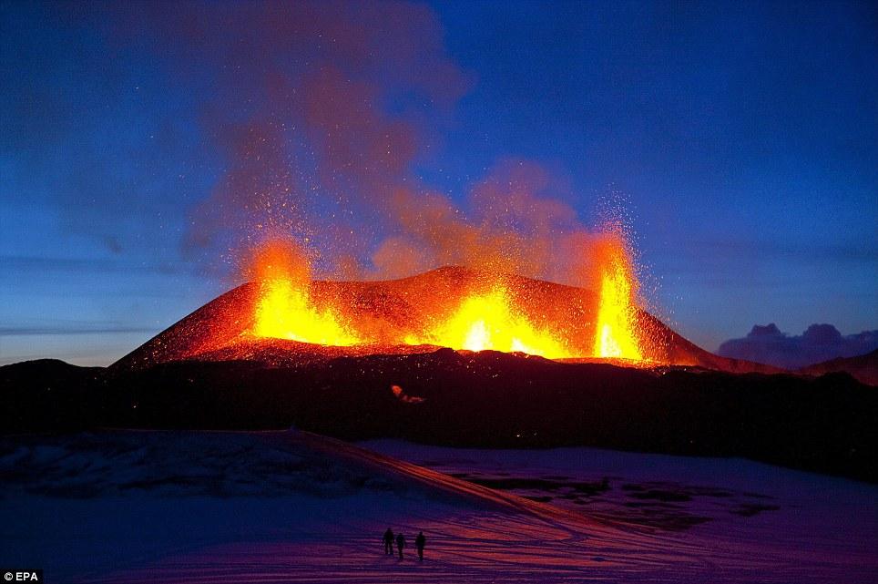 Ejakulasi Terindah dari perut bumi yang berhasil diabadikan dari sebuah letusan gunung berapi di Islandia
