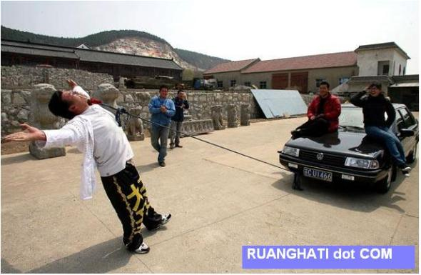 """Li Dasheng dari Xuzhou dipuji sebagai """"The Prince of Stunts"""" karena ia dapat melakukan lebih dari 30 jenis keahlian aneh"""