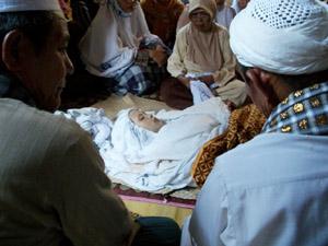 Mariamah terbujur kaku saat diritual oleh 7 Khalifah dan paranormal. (Foto Pos Metro)