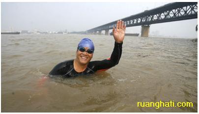 Mengkampanyekan lingkungan dengan berenang sejauh 1200 km lebih