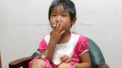 Ya Wen Gadis balita usia 3 tahun ini sudah menjadi pecandu rokok  dan bir
